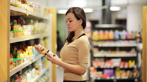 Consumidora evaluando etiqueta promocional de producto