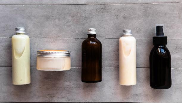 Etiquetado minimalista para envases plásticos