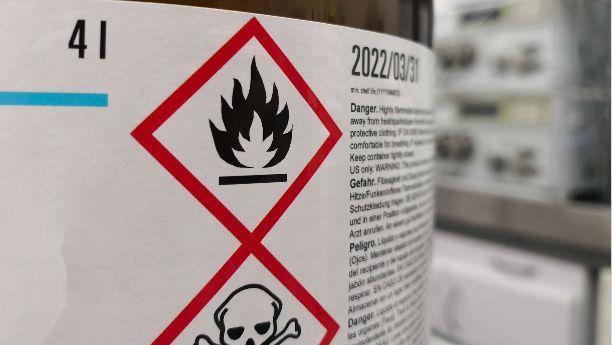 Símbolos químicos en etiqueta para advertir peligros
