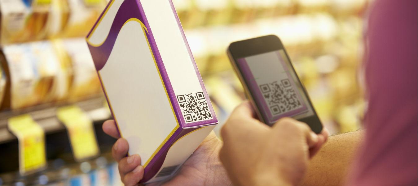 Cliente escaneando código QR de un producto.