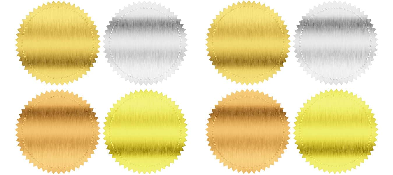 Diferentes etiqueta metálicas adhesivas.