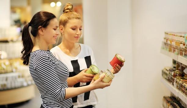 mujeres viendo la etiqueta de un producto